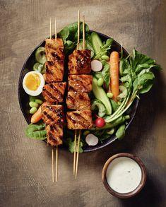 Lohivartaat ja hölskytyskurkku-majoneesilla höystetty salaatti | Kala, Grillaus | Soppa365 Tandoori Chicken, Cobb Salad, Ethnic Recipes