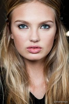 Brown or black eyeliner gives the appearance of thick lashes