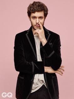 Adam Brody cheio de charme na GQ coreana