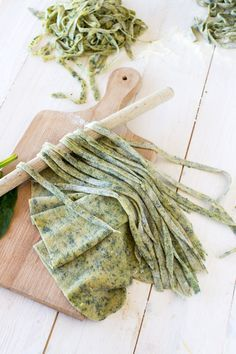 Tagliatelle with spinach (homemade), gorgonzola sauce and pine nuts Source by sissanas Veggie Recipes, Pasta Recipes, Vegetarian Recipes, Cooking Recipes, Sauce Gorgonzola, Pasta Casera, Fresh Pasta, Homemade Pasta, Kitchenaid