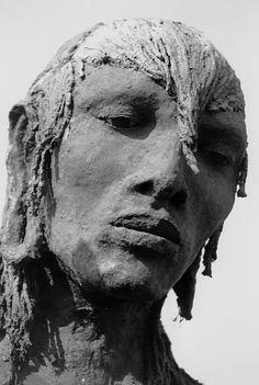 BY Ousman Sow - liensutiles. Ousmane Sow, Statues, Art Psychology, Ceramic Figures, Bronze, Modern Sculpture, Art Plastique, Portrait, Impressionism
