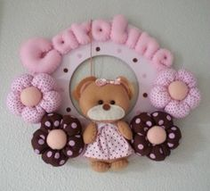 40 decoraciones con nombres de bebé | Blog de BabyCenter Felt Crafts, Diy And Crafts, Baby Deco, Felt Wreath, Baby Shawer, Cute Stuffed Animals, Baby Pillows, Baby Center, Felt Fabric