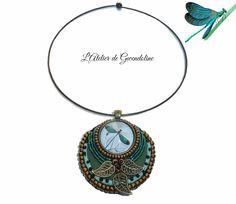 Réservé * LA LIBELLULE Collier vert et bronze avec médaillon brodé et cabochon en verre : Collier par l-atelier-de-gwendoline