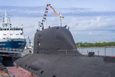 The 'Yasen'-class submarine 'Severodvinsk' during a flag-raising ceremony at the Severodvinsk shipyards. Russian Ministry of Defense photo Akula Class Submarine, American Aircraft Carriers, Russian Submarine, Worrying Too Much, Nuclear Submarine, Nuclear Power, Navy Ships, Class Projects, Warfare