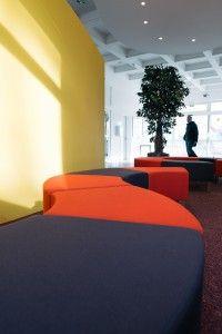 Die Sitzschlange im Foyer des Fachbereichs Informatik und Elektrotechnik ist ideal für einen kurzen Powernapp zwischen zwei Vorlesungen.