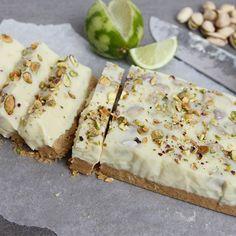 Witte chocolade fudge! Met koekbodem, pistachenoten & limoen. Mega zoet maar ook mega lekker Het recept staat op eefsfood.nl #fudge #eefsfood #limoen #chocoladefudge #pistache #wittechocolade