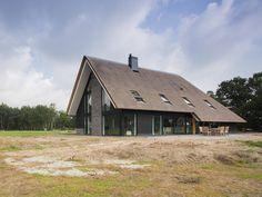 Schuurwoning met duurzame houten gevelbekleding House Plans, Buildings, Villa, Cottage, Exterior, Houses, Cabin, Architecture, House Styles