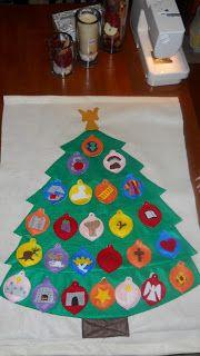 Advent kerstboom van vilt, met alle ballen omgedraaid.