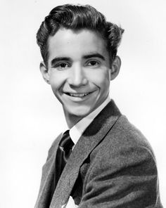 SCOTTY BECKETT est un acteur américain né le 4 octobre 1929 à Oakland, Californie et mort le 10 mai 1968 à Los Angeles, Californie d'une overdose de barbituriques.  Filmographie principale : -1937 Le Cœur en fête (When You're in Love) de Robert Riskin et Harry Lachman. -1944 Ali Baba et les Quarante Voleurs (Ali Baba and the Forty Thieves) d'Arthur Lubin. -1948 Ainsi sont les femmes de Richard Thorpe. -1950 Voyage à Rio (Nancy goes to Rio) de Robert Z. Leonard.
