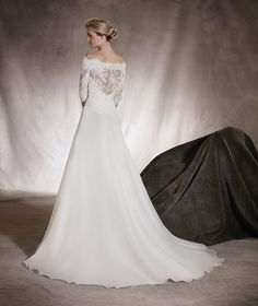 Algeciras - Wedding dress in garza, lace, thread embroidery and gemstones