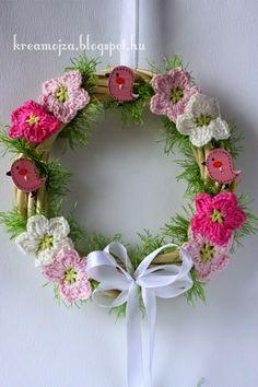 kreaMojza: Tavaszi ajtódísz Crochet Flowers, Grapevine Wreath, Grape Vines, Floral Wreath, Wreaths, Spring, Pattern, Pictures, Diy