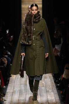 Michael Kors Collection Fall 2020 Ready-to-Wear Fashion Show Collection: See the complete Michael Kors Collection Fall 2020 Ready-to-Wear collection. Look 16 Fashion Models, Fashion 2020, New York Fashion, Love Fashion, Runway Fashion, Autumn Fashion, Fashion Outfits, Fashion Design, Fashion Trends