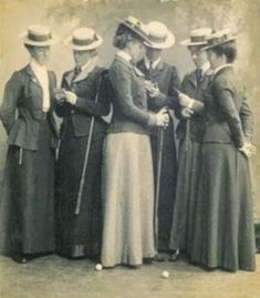 1900s womens fashion-Golfers in straw hats.