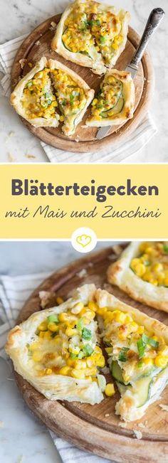 Diese Teigecken sind so schnell verputzt wie auch zubereitet. Blätterteig wird zur Basis, getoppt wird das Ganze mit Zucchini, Mais und Mozzarella.