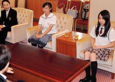 久元喜造市長に今シーズンへの意気込みを話す三原舞依さん(右端)と坂本花織さん(右から2人目)=神戸市役所