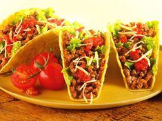 Knusprige Rinderhack-Tacos: Knusprige Taco Shells mit saftigem Rinderhack, geriebenem Käse, knackigem Salat und feuriger Salsa.