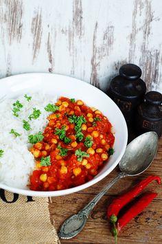 POMIDOROWE CURRY Z CIECIERZYCĄ Pyszna, prosta i szybka potrawa, gotowe nawet w 15 minut. Sposób na rozgrzewający i sycący obiad bezmięsny. Jeśli lubicie cieciorkę, będzie jak znalazł. Ja uwielbiam i zamierzam powtórzyć to danie jeszcze nie raz! – ok. 15min – 2-3 porcje Curry Cebulę pokroić w drobną kostkę, poddusić na oleju. Papryczkę i czosnek posiekać, dodać do cebuli,..