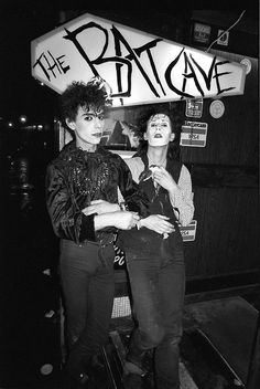 """Ollie Wisdom (left) is the guy behind the famous Batcave Club Night. The batcave opened in london in July 1982 as a glamrock/new wave club. """"In its original form, goth style was as much about startling individualism as belonging to a clique. Hipster Grunge, Grunge Goth, 80s Goth, Punk Goth, 80s Punk, Vintage Goth, Punk Fashion, Gothic Fashion, Deathrock Fashion"""
