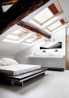 En buhardillas o habitaciones con poca luz se suele optar por las ventanas de techo para potenciar la entrada de ésta. En estos casos las ventanas de techo suel