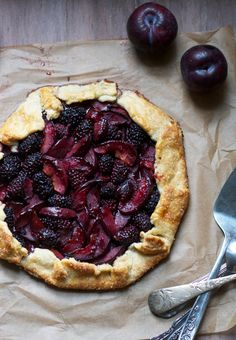 Blackberry Plum Galette ~ Galette is a term used in French cuisine to designate various types of flat round or free form crusty cakes.perfect we have a plum tree and blackberry bushes! Just Desserts, Dessert Recipes, Fruit Dessert, Fruit Pie, Summer Desserts, Healthy Desserts, Doce Banana, Banana Bread, Delish