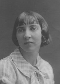 twenties Egyptian bob hairstyle -This variant of the Bob took its name from its similarity to hairstyles seen in Egyptian art, notably the thin straight fringe. The discovery of Tutenkamun's tomb in 1922 influenced most areas of Art and fashion, especially jewelry.