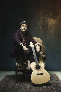 Canzone d´autore, lo spezzino Lorenzo Malvezzi in finale Music Instruments, Guitar, Life, Board, Culture, Lantern, Musical Instruments, Guitars, Planks
