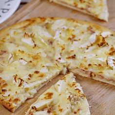 Recette Pizza camembert Want to spend a quiet evening on the sofa watching some cool series? You have no idea what you are going to eat? Opt for pizza, the solution that … Quiches, Pizza Recipes, Snack Recipes, Tapas, Pizza Buns, Pizza Cake, Pizza Pizza, Food Porn, Flatbread Pizza