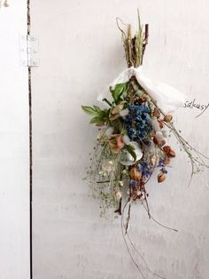 散歩道 ドライ小花スワッグ - 花製作所 Dried Flower Wreaths, Dried Flower Bouquet, Green Flowers, Pretty Flowers, Dry Flowers, Dried Flower Arrangements, Hand Bouquet, Decoration Inspiration, How To Preserve Flowers