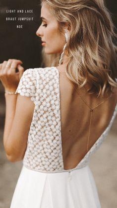 NOÉ ist unser Jumpsuit-Liebling und vereint Lässigkeit und Zartheit. Die blumige feine Spitze und der tiefe Rückenausschnitt harmonieren superschön mit der weiten Hose. Abgerundet wird der Look mit Hosentaschen! Yay! Der perfekte Braut-Jumpsuit für die lässige und moderne Braut. Das Highlight: Eine Rückenkette! Wedding Goals, Wedding Ideas, Wedding Jewelry, White Dress, Jumpsuit, Wedding Dresses, Lace, Beauty, Shopping