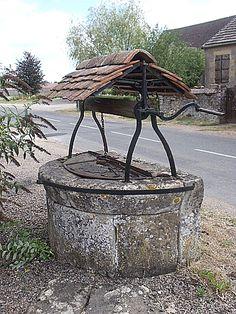 26-08-2012 - 12h34 Puits à eau Route de Montigny-aux-Amognes Ourouër 58130 Photo numérique : Francis CAHUZAC