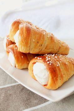 Laskiaistötteröt / tuuttipullat + vaihekuvat Sweet Desserts, Delicious Desserts, Yummy Food, Tasty Pastry, Cake Recipes, Dessert Recipes, Sweet Pastries, Food Tasting, Sweet And Salty