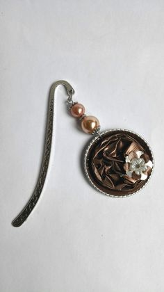 Beau marque page argenté et marron avec des capsules de café Nespresso recyclées motifs fleurs : Marque-pages par miss-perles