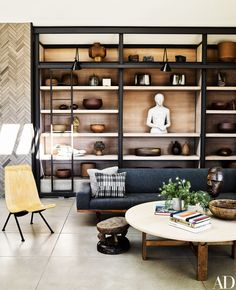 Ryan Murphy's Beach House was featured in Architectural Digest and showed everyone his stunning mid-century modern living room. Architectural Digest, Interior Exterior, Interior Design, Muebles Living, Ryan Murphy, Design Salon, Design Art, Beach House Decor, Home Decor