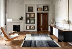 Sæsonens smukkeste tæpper har stor personlighed The Tres Collection from Spanish Nanimarquina is a tribute to the old weaving craft. The rug named 'Three-Plana Verde' is a combination of wool, felt and cotton. Contemporary Rugs, Modern Rugs, Modern Living, Trends 2018, Dhurrie Rugs, Farmhouse Side Table, Design Bestseller, Carpet Trends, Home Upgrades