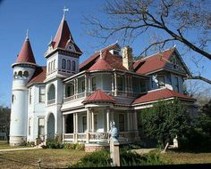 I love turrets n Victorians with many curves n trim!