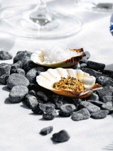 Sea inspired table setting and ideas for your beach themed party Condiment Holder, Decoration Table, House Decorations, Coastal Style, Serving Dishes, Beach Themes, Interior And Exterior, Party Themes, Party Ideas