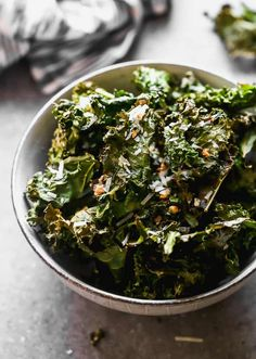Kale Chips Oven, Healthy Kale Chips, Homemade Kale Chips, Yummy Healthy Snacks, Healthy Eating, Healthy Recipes, Healthy Breakfasts, Protein Snacks, Clean Eating