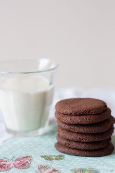 Biscoito de chocolate simples, fácil e rápido de fazer. Crocante, delicado e perfeito pra comer acompanhado de um copo de leite ou daquela xícara de um café fresquinho.