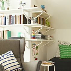 Wrap a corner of your home office wih the EKBY TONY wall shelf.  The result is clean and finished.