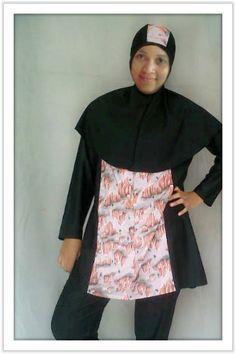 Kode: BRMD201413, Harga: IDR 285.000. Baju renang muslimah dewasa dengan desain longgar berwarna dasar hitam kombinasi motif abstrak. Model baju dan celana renang terpisah, dilengkapi jilbab panjang yang menutupi dada dan topi yang disisipkan motif. Resleting diletakkan di depan baju untuk memudahkan pemakaian. Bahan baju renang adalah Spandex-Lycra yang sangat nyaman dipakai.