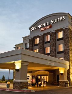 SpringHill Suites Denver Airport: Just 10 minutes from Denver Airport. - Great hotel, especially when you get a discount through Priceline. Rooms are very nice with comfy beds. free morning breakfast is also very nice.