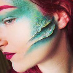 Glittery Turquoise Mermaid Makeup With Gills – - Halloween makeup Sfx Makeup, Costume Makeup, Makeup Art, Siren Costume, Makeup Ideas, Fish Makeup, Mermaid Diy, Mermaid Makeup, Dark Mermaid