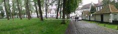 Brujas-Brugge: Panorámica del interior del Begijnhof (el Beguinario). A la dcha las casitas de las beatas, que en la actualidad acoge a monjas benedictinas.