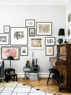 Piano and framed walls white frames, frames on wall, frames decor, wall decor Room Wall Decor, Living Room Decor, Living Spaces, French Apartment, Piece A Vivre, Inspiration Wall, Interior Inspiration, Retro Home Decor, Frames On Wall