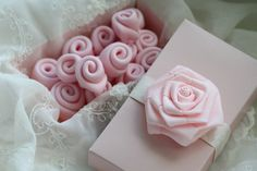 Another frosting tutorial & simple rose tutorial Cake Icing, Frosting, Cupcake Cakes, Cup Cakes, Fondant Flowers, Sugar Flowers, Cake Decorating Tutorials, Cookie Decorating, Baking School