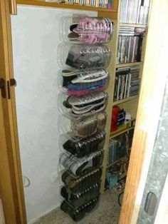 Bidones de agua, que en muchos lugares son descartables se pueden usar como organizadores de zapatos.