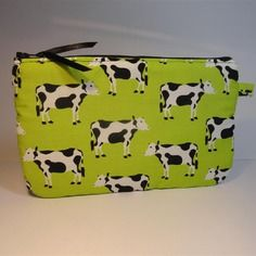 Trousse pochette plate tissu à fond vert pomme imprimé de vaches noires et blanches