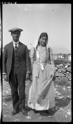 1924 Bride and groom. Parapoungia, Photo by Dorothy Burr Thompson. Parapoungia is a place with a very small population in the province of Voiotia, Greece. Greece Pictures, Old Pictures, Old Photos, Greek Traditional Dress, Greece History, Greece Photography, Photographs Of People, Great Photographers, Ancient Greece