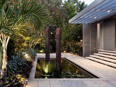 bassin de jardin avec un bel éclairage extérieur