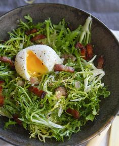 Lyonnaise Salad, or Salade Lyonniase: it's a perfect combination of frisée, a curly bitter salad green, tossed in a warm vinaigrette and topped with a poached egg and crispy thick-slab bacon pieces. Huevos Fritos, Cooking Recipes, Healthy Recipes, Le Diner, Dinner Salads, Gordon Ramsay, How To Cook Eggs, Poached Eggs, Dinner Tonight
